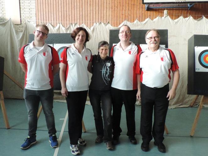 Turniergruppe mit Trainerin